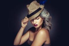 Urocza kobieta z greay włosianym kolorem i pięknym makeup w styli Zdjęcia Royalty Free