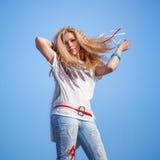Urocza kobieta z motylem nad niebieskim niebem Fotografia Royalty Free
