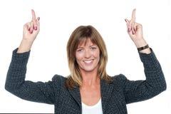 Urocza korporacyjna kobieta z nastroszonymi rękami zdjęcie stock