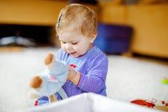 Urocza ?liczna pi?kna ma?a dziewczynka bawi? si? z edukacyjnymi zabawkami lub pepinier? w domu Szcz??liwy zdrowy dziecko ma fotografia stock