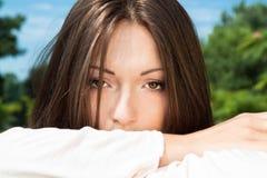 Urocza młoda dziewczyna target851_0_ na łące Obraz Stock