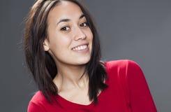 Urocza młoda kobieta ono uśmiecha się dla mieszanego biegowego skóry promieniowania Obrazy Royalty Free