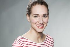 Urocza młoda kobieta ono uśmiecha się dla naturalnego skóry promieniowania Obrazy Royalty Free
