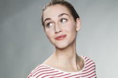 Urocza młoda kobieta ono uśmiecha się dla naturalnego skóry promieniowania Zdjęcia Stock