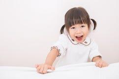 Urocza mała azjatykcia dziewczyna budził się w jej łóżku Obrazy Royalty Free