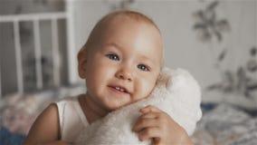 Urocza mała dziewczynka ściska jej zabawkę zbiory