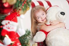 Urocza mała dziewczynka ściska misia Zdjęcie Royalty Free