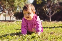 Urocza mała dziewczynka bawić się przy parkiem Obrazy Stock