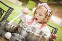Urocza mała dziewczynka Bawić się szefa kuchni kucharstwo Obrazy Royalty Free