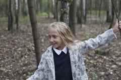 Urocza mała dziewczynka bawić się w drewnie Zdjęcie Stock
