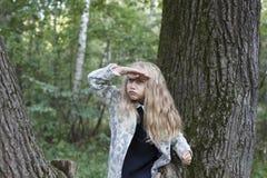 Urocza mała dziewczynka bawić się w drewnie Obraz Stock