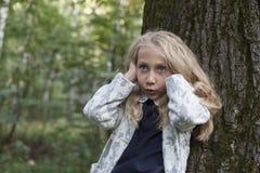 Urocza mała dziewczynka bawić się w drewnie Fotografia Stock