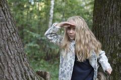 Urocza mała dziewczynka bawić się w drewnie Fotografia Royalty Free