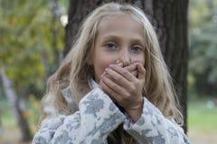 Urocza mała dziewczynka bawić się w drewnie Zdjęcie Royalty Free