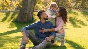 Urocza mała dziewczynka całuje ona rodzice na policzkach zdjęcie wideo