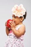 Urocza mała dziewczynka gryźć jabłka Fotografia Royalty Free