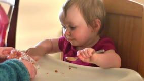 Urocza mała dziewczynka je spaghetti ona pierwszy raz, 4K zbiory