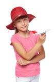 Urocza mała dziewczynka jest ubranym turystycznego kapeluszowego mienia samolotu małą zabawkę Obrazy Royalty Free