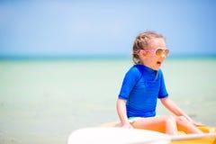 Urocza mała dziewczynka kayaking i ma zabawę na plażowym wakacje Fotografia Stock