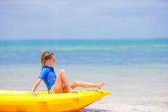Urocza mała dziewczynka kayaking na plażowym wakacje Obrazy Stock