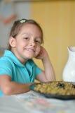Urocza mała dziewczynka ma śniadanie Obraz Royalty Free