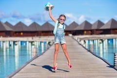 Urocza mała dziewczynka ma zabawę na drewnianym jetty Zdjęcia Stock