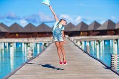 Urocza mała dziewczynka ma zabawę na drewnianym jetty Obrazy Royalty Free