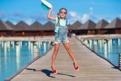 Urocza mała dziewczynka ma zabawę na drewnianym jetty Obrazy Stock