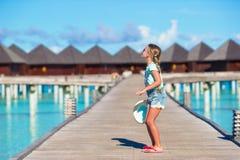 Urocza mała dziewczynka ma zabawę na drewnianym jetty Zdjęcie Royalty Free