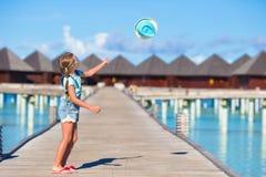 Urocza mała dziewczynka ma zabawę na drewnianym jetty Fotografia Royalty Free