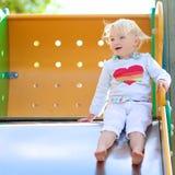Urocza mała dziewczynka ma zabawę przy boiskiem Fotografia Royalty Free