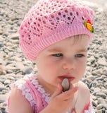Urocza mała dziewczynka na plaży Zdjęcie Stock