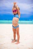 Urocza mała dziewczynka na tropikalnym plaża wakacje Zdjęcia Royalty Free