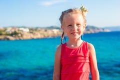 Urocza mała dziewczynka podczas wakacje przy Sardinia, Hiszpania Obrazy Royalty Free
