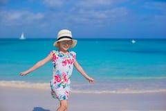 Urocza mała dziewczynka przy biel plażą podczas wakacje fotografia stock
