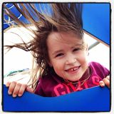 Urocza mała dziewczynka przy parkiem Zdjęcie Royalty Free