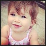 Urocza mała dziewczynka przy parkiem Zdjęcia Stock