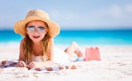 Urocza mała dziewczynka przy plażą Zdjęcia Stock