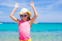 Urocza mała dziewczynka przy plażowym wakacje Zdjęcia Stock