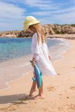 Urocza mała dziewczynka przy tropikalną plażą podczas Obraz Stock