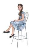 Urocza mała dziewczynka siedzi zdjęcie stock