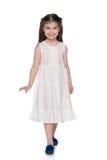 Urocza mała dziewczynka w białej sukni Zdjęcie Royalty Free