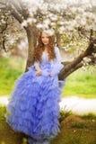 Urocza mała dziewczynka w kwitnąć czereśniowego drzewa ogród na pięknym wiosna dniu Obraz Royalty Free