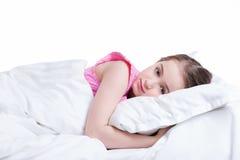 Urocza mała dziewczynka w różowym nightie obudzonym. Zdjęcia Royalty Free