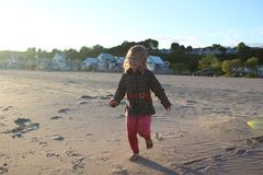 Urocza mała dziewczynka w swimsuit i kapeluszu przy tropikalną plażą obrazy stock