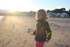 Urocza mała dziewczynka w swimsuit i kapeluszu przy tropikalną plażą fotografia stock