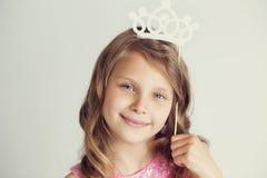 Urocza mała dziewczynka z białego papieru koroną przeciw białemu backgr Obrazy Stock