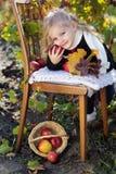Urocza mała dziewczynka z jabłkami, jesień czas Fotografia Royalty Free
