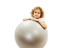 Urocza mała dziewczynka z pilates balowymi zdjęcia royalty free