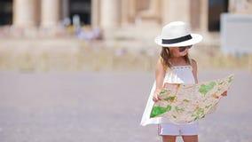 Urocza mała dziewczynka z turystyczną mapą w St Peter ` s bazyliki kwadracie, Włochy Szczęśliwy toodler dzieciak cieszy się włoch zdjęcie wideo